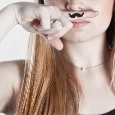 des-pixels-et-des-hommes-moustache-porte-doigt